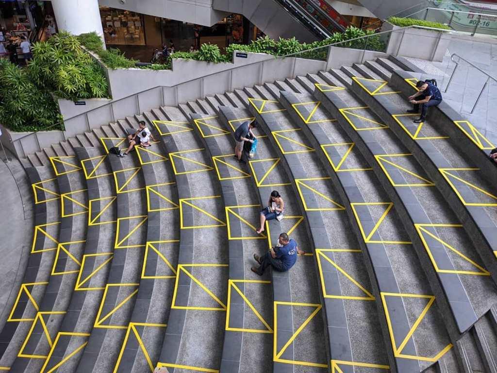 L'usage créatif du scotch à Singapour pour marquer la distanciation sociale