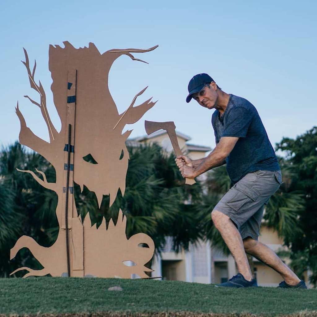 Il sculpte des cartons pour créer des mises en scène amusantes avec le coucher de soleil