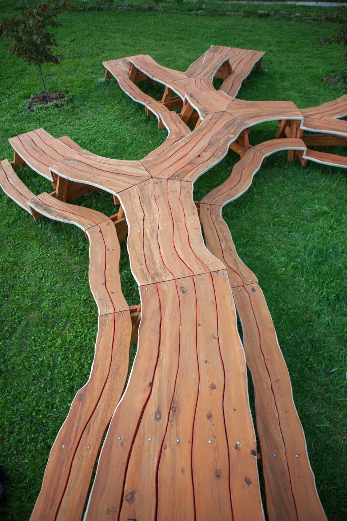 L'artiste Michael Beitz a conçu une table géante en forme d'arbre pour rassembler tout le monde