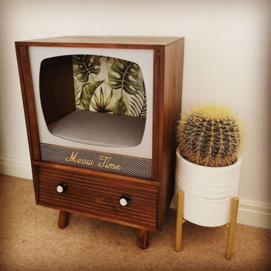 Recycler une télévision vintage en nid douillet pour votre chat