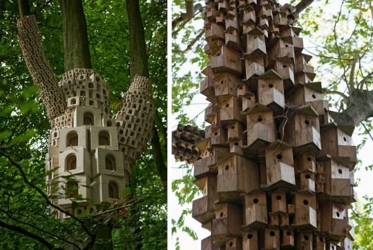 """Le studio London Fieldworks crée des """"hôtels pour oiseaux"""" qui s'étalent sur les troncs d'arbres"""