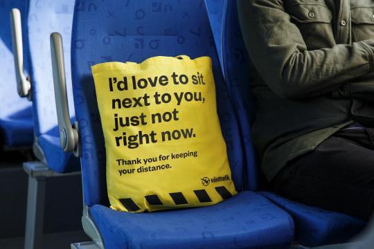 """La """"RATP suédoise"""" distribue des sacs pour maintenir les distances de sécurité"""