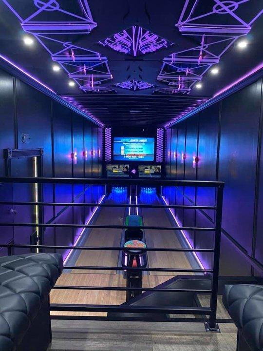 Il transforme un semi-remorque de 16 mètres en piste de bowling itinérante