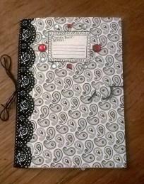 Sarahs Heft mit schicker Samtspitze und roten Schmucksteinen als Farbakzent