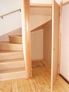階段下に大きめの収納も装備