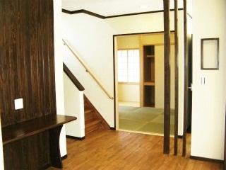 階段下もゆとりのある明るい空間 造り付けパソコンデスクも