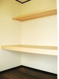 向かい側は、季節で分けた収納もし易いように、大きな収納スペースを設けました。