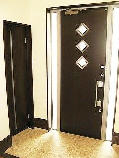 玄関を広めに確保し、スッキリした印象。