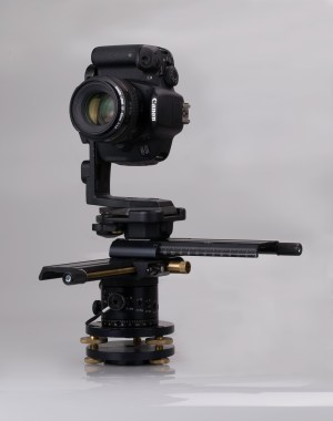 "</a> Panoramic Head Manfrotto 303PLUS, Panoramic Rotation Unit 300N and Levelling Base 338 with Canon EOS 700D (Image by <a href=""http://commons.wikimedia.org/wiki/File:Panoramakopf_mit_Canon_EOS_700D_IMG_4886.jpg"" target=""_blank"">Wikipedia-User Hubertl</a>)"