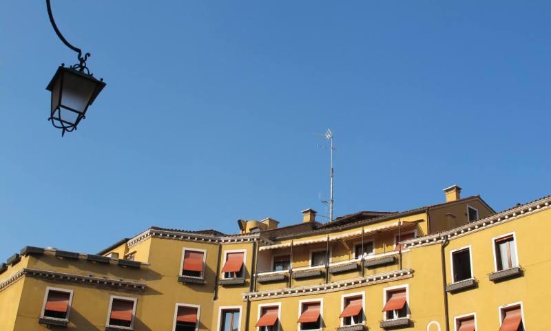 Venice - Yellow Housing