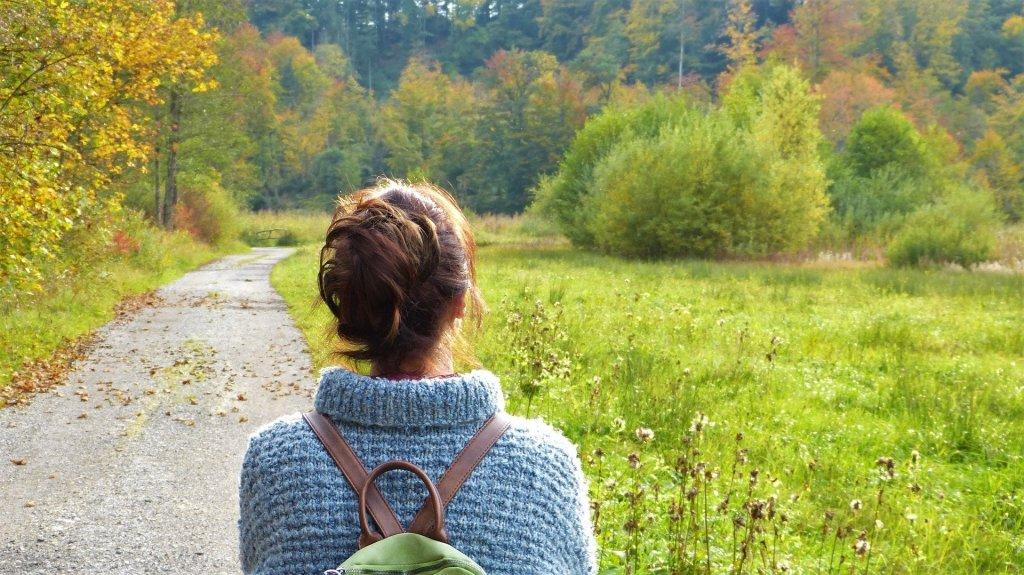 Frau die einen Spaziergang in der Natur macht