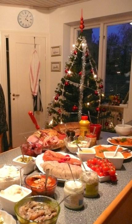 Buffet de nourriture et sapin de Noël en Suède