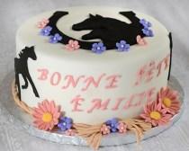 Gâteau 8 pouces de cheval au chocolat décoré avec fleurs et chevaux en fondant.