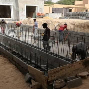 Elévation murs piscine débordement avec blocs à bancher Nouakchott Mauritanie