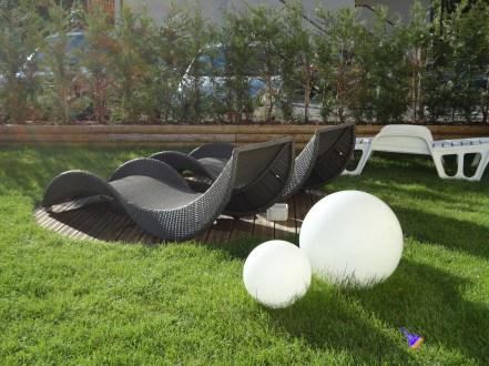 Ogni elemento presente in fase di pre-progettazione può essere acquistato: sdraio, luci e decorazioni incluse.
