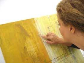 Du siehst Dodo Kresse während ihrer Arbeit an dem Acrylbild Die Stille im Innenraum