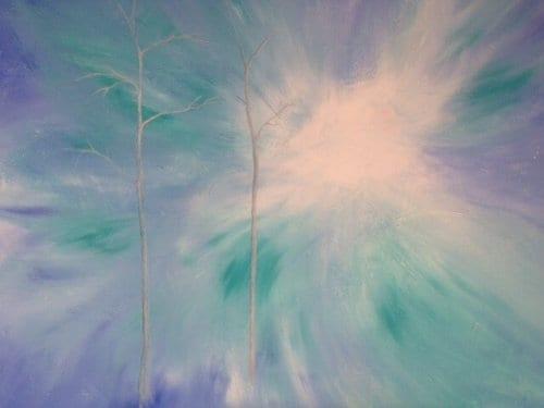 man sieht zwei weiße Baumstämme auf Blautürkis