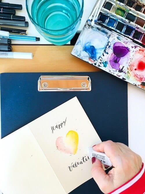 Das Bild zeigt eine Valentinskarte, die gerade in Arbeit ist. Dodo Kresse radiert!