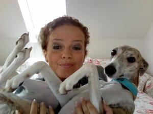 Die Künstlerin Dodo Kresse mit ihrem Whippet Rosi