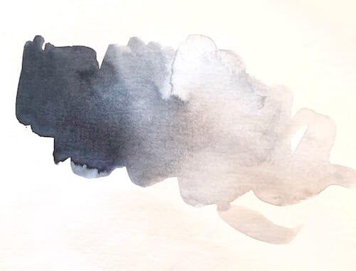 Man sieht eine Aquarellfarbe namens Indigo als Farbprobe
