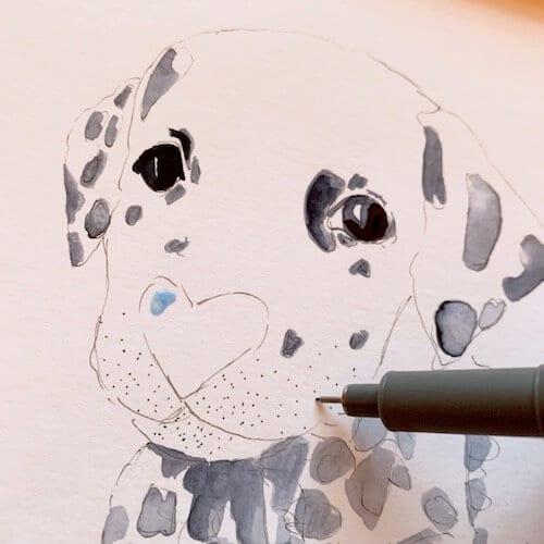 Man sieht Dodo Kresse, wie sie mit einem Fineliner die Barthaare einzeichnet.