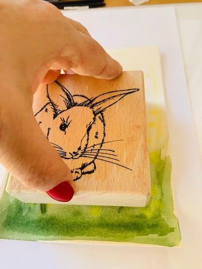 Man sieht, wie der Stempel auf die Osterkarte gedruckt wird