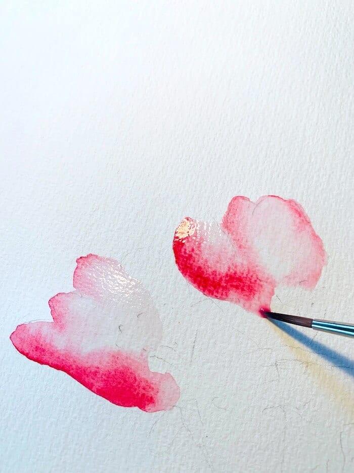 Du siehst, wie Dodo die Blütenblätter mit viel Wasser zu malen beginnt. Aquarell braucht viel Wasser.