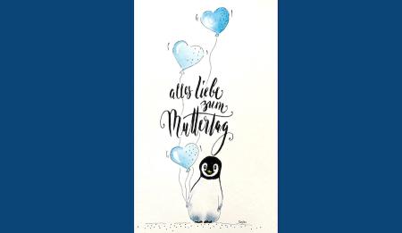 du siehst hier die fertige Muttertagskarte, die einen Baby Pinguin zeigt, der drei Luftballone in der Pfote hält.