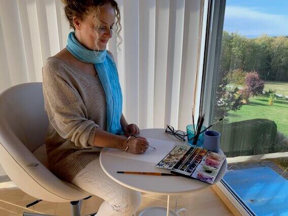 Du siehst mich hier auf einem Foto in meinem Atelier beim Kolorieren einer Zeichnung