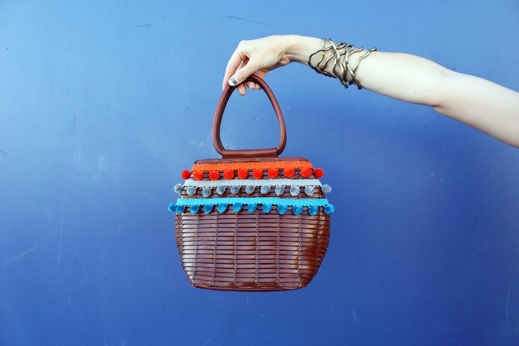 "Étui bricolage tissé ""width ="" 1024 ""height ="" 683 ""srcset ="" https://i0.wp.com/creativefashionblog.com/wp-content/uploads/2017/06/DIY-Woven-Pom-Purse. jpg? resize = 1024% 2C683 & ssl = 1 1024w, https://i0.wp.com/creativefashionblog.com/wp-content/uploads/2017/06/DIY-Woven-Pom-Purse.jpg?resize=300%2C200&ssl = 1 300w, https://i0.wp.com/creativefashionblog.com/wp-content/uploads/2017/06/DIY-Woven-Pom-Purse.jpg?resize=768%2C512&ssl=1 768w ""size ="" (largeur maximale: 1024px) 100vw, 1024px"