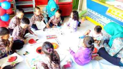 TK dan playgroup membuat finger painting
