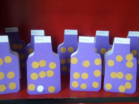 Small 2-3thn, menempel bulatan di kartu bentuk botol