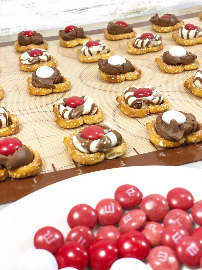 Squish M&M's into melted hugs and kisses Creatively Beth #creativelybeth #laurakellydesigns #valentinetreats #hersheykisses #hersheyhugs