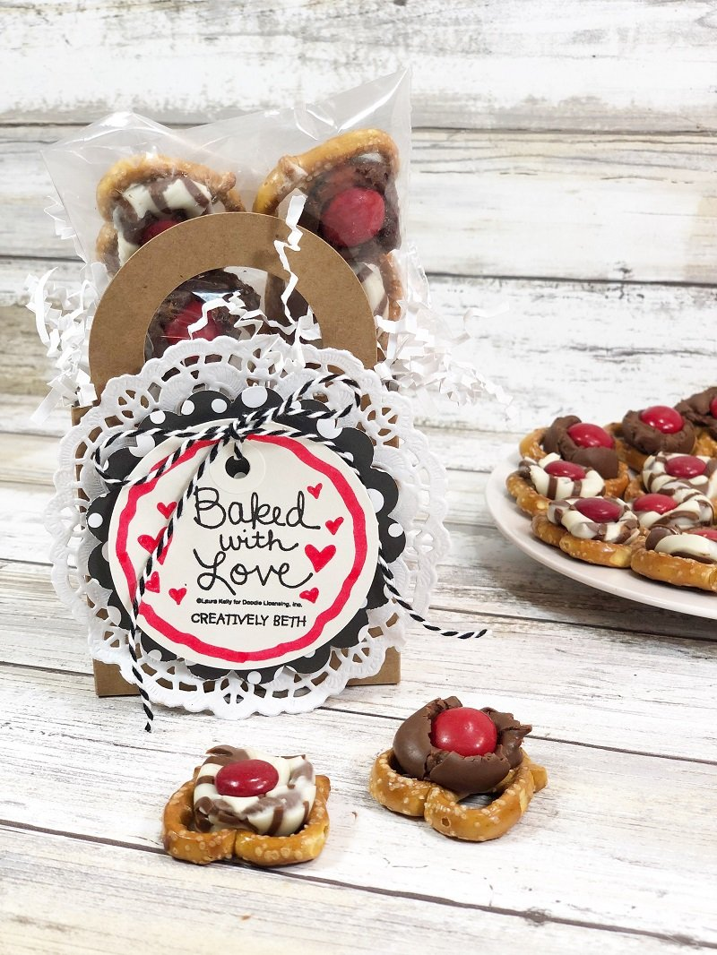 Hugs and Kisses Pretzel Treats by Creatively Beth #creativelybeth #laurakellydesigns #valentinetreats #hersheykisses #hersheyhugs