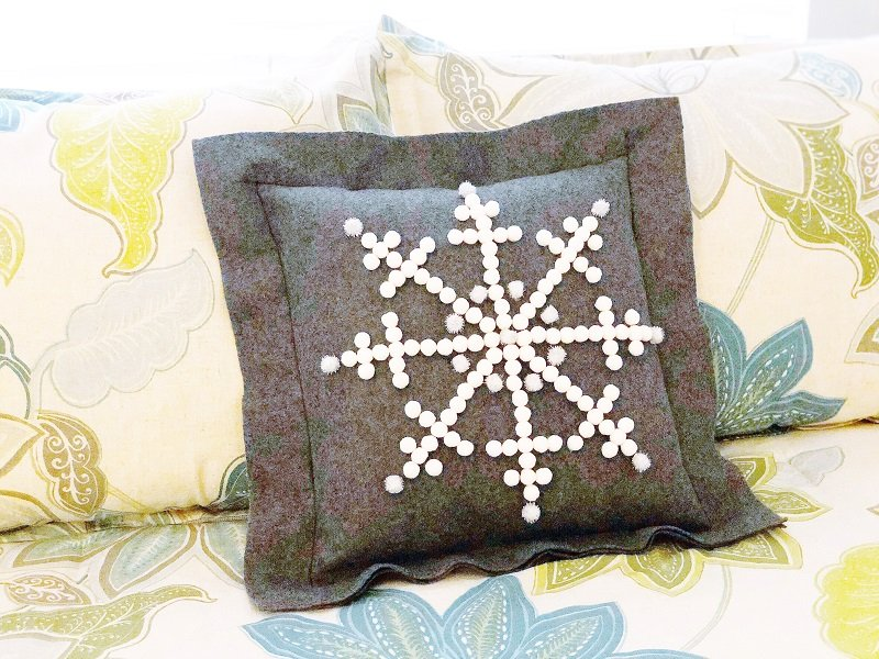Pom Pom Snowflake Pillow with Fairfield World with Creatively Beth #creativelybeth #simplesewing #snowflake #pillow #feltcrafts