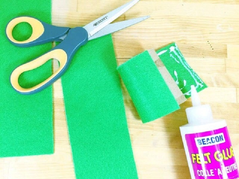 Cover the outside of the tp tube with green felt Creatively Beth #creativelybeth #recycled #toiletpapertube #tptube #kidscraft #frog