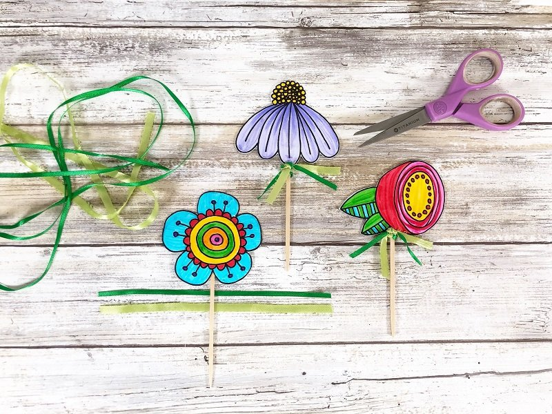 Tie ribbons at the base of the Doodle Flower to finish Creatively Beth #creativelybeth #freeprintable #doodle #flowers #cupcaketopper