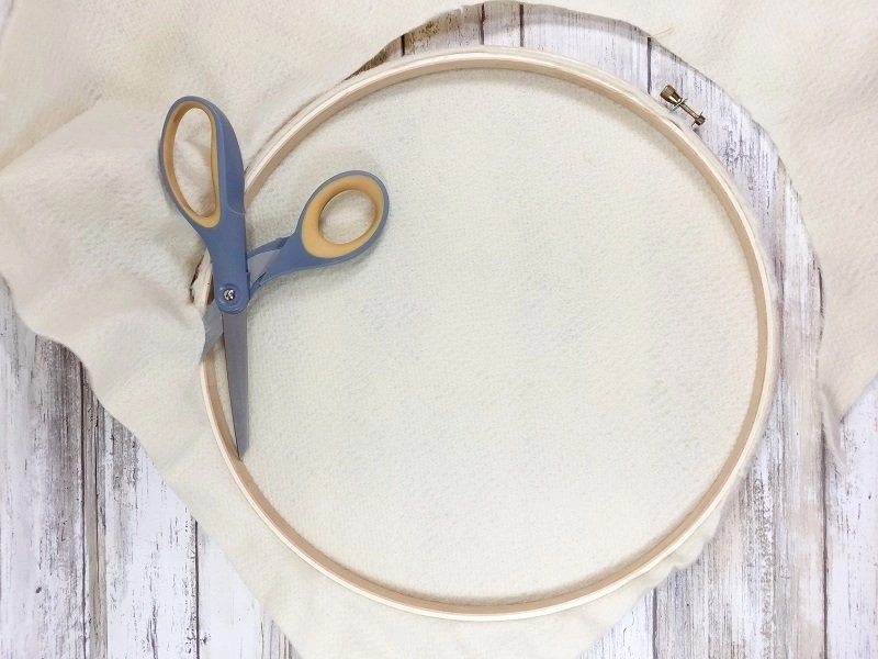 Add plush felt to embroidery hoop and trim Creatively Beth #creativelybeth #feltcraft #embroideryhoopwreath #winterwreath