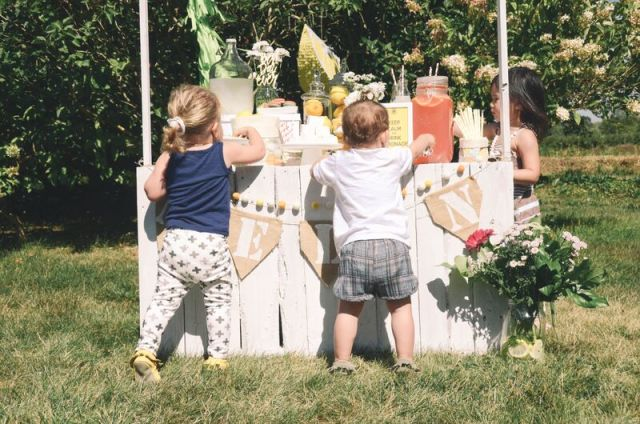 kids eating from a lemonade stand themed party in their kewe clothing
