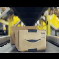 La sonrisa del logotipo de Amazon cobra vida en su spot navideño