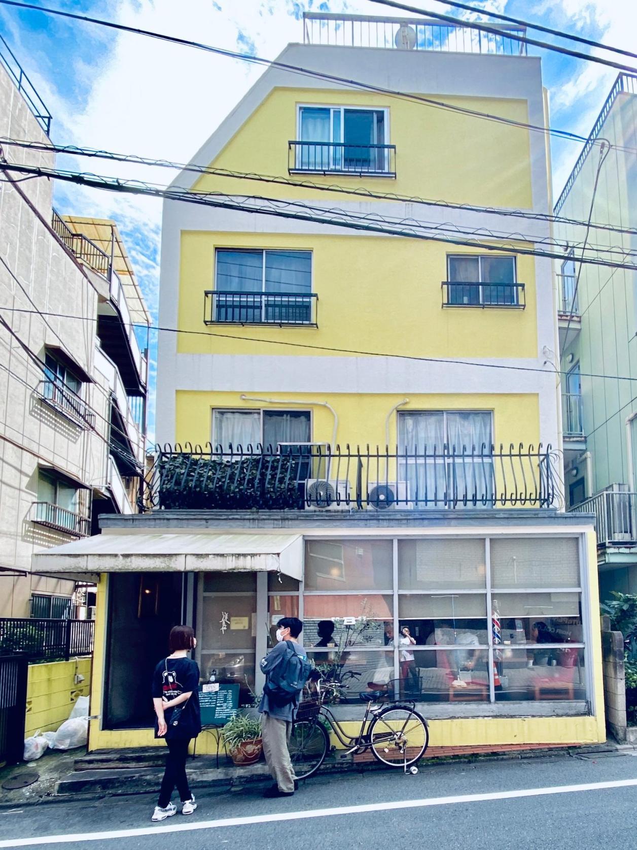 黄色の壁が印象に残る「洋食や