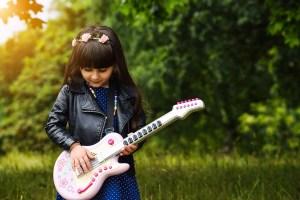 fillette et guitard