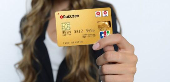 クレジットカードを見せている女性