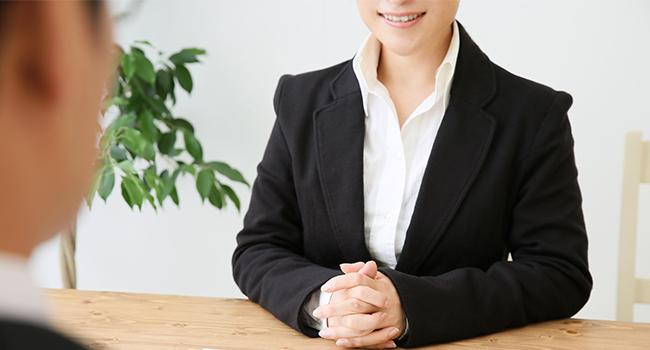 笑顔で話している営業の女性