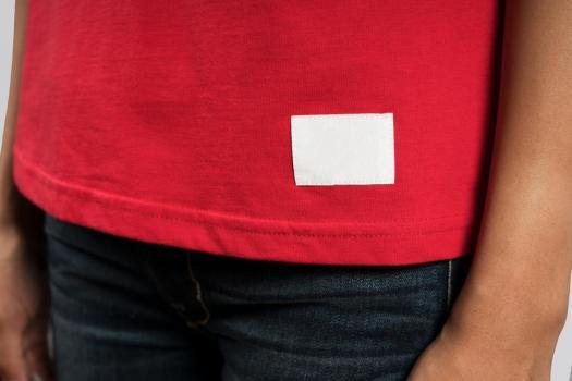 tee-shirt rouge avec rectangle laissé blanc aucune marque