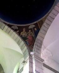 El Papa (S. Sixto III) recibe de la Emperatriz Eudosia la cadena con que fué atado el apóstol en Jerusalén. Sobre una mesa tiene el Pontífice la otra cadena con que fué preso en Roma. Al tocarse ambas cadenas se funden en una sola, quedando patente el milagro que fué perpetuado en una fiesta l itúrgica celebrada en toda la Iglesia