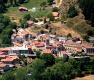 El Pueblo de Crémenes, León, visto con zoom desde el Pico de Aguasalio