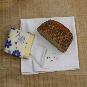 Emballage alimentaire à la cire d'abeille Moyen Embal 28cm x 28cm (Blanc Avec Motifs a Fleurs Bleues)