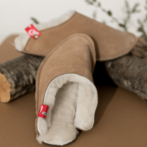Unisex slippers in natural lambskin and suede exterior/rubber sole. Incredible comfort and warmth. Handmade in the EU. Opplav nordpolen..(walnut color)