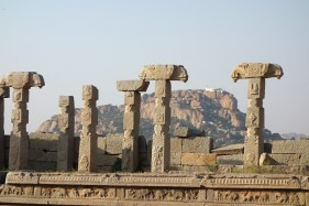 monuments, collines et ruines et blocs